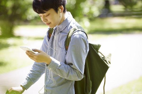 アプリ以外でママ活を始める方法について調べる男性